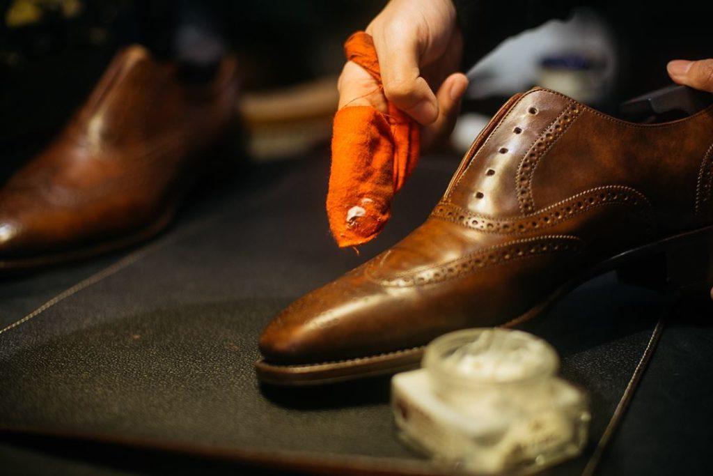 Aplicar betún para zapatos